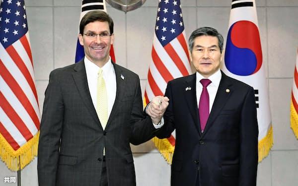 会談前に握手するエスパー米国防長官(左)と韓国の鄭景斗国防相=共同