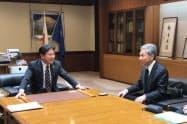 会談する静岡市の田辺市長(左)と江口審議官(15日、静岡市役所)