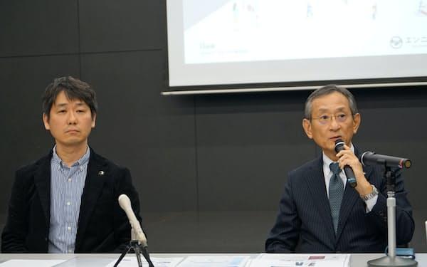 クラウドファンディングサイトの立ち上げを発表するふくおかFGの横田浩二取締役とiBankマーケティングの永吉健一社長(15日、福岡市)