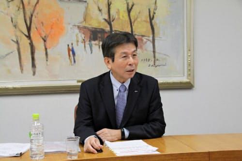 決算発表の記者会見に臨むトマト銀行の高木社長(12日、岡山市)