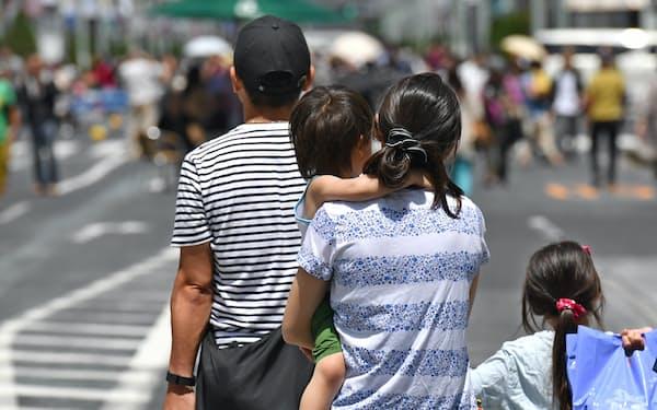 銀座の歩行者天国を歩く家族