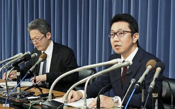 記者会見する大学入試センターの担当者(15日、文科省)=共同