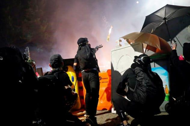 学生と警官隊の攻防が激しくなっている(12日、香港)=ロイター