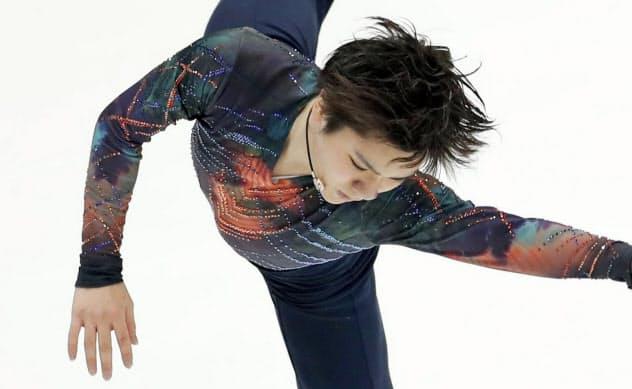 男子SPで演技する宇野昌磨(15日、モスクワ)=共同