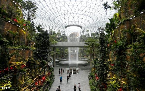 シンガポールのチャンギ国際空港近くに開業した商業施設「ジュエル」内には人工の滝がある=ロイター