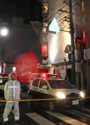 女性が男に刺される事件があったビル(右)(15日午後11時16分、新潟市中央区)=共同