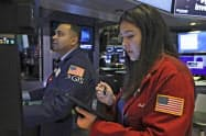 米株式市場でダウ工業株30種平均は過去最高値圏で推移している=AP