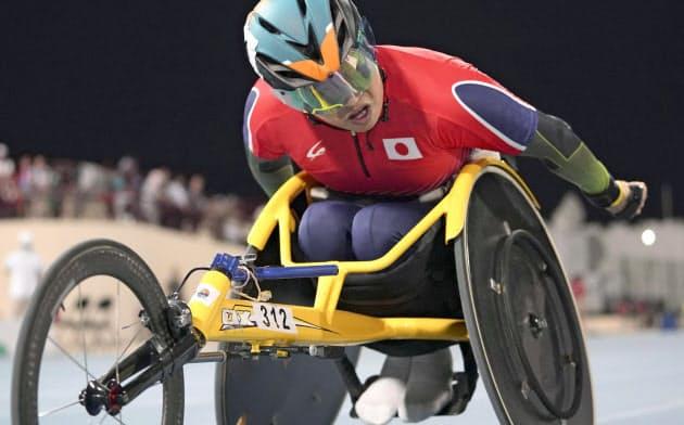 男子1500メートル(車いす)決勝 力走する佐藤友祈(15日、ドバイ)=共同