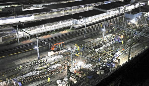 高輪ゲートウェイ駅に線路を通すために行われる切り替え工事(16日未明、東京都港区の品川駅)=共同
