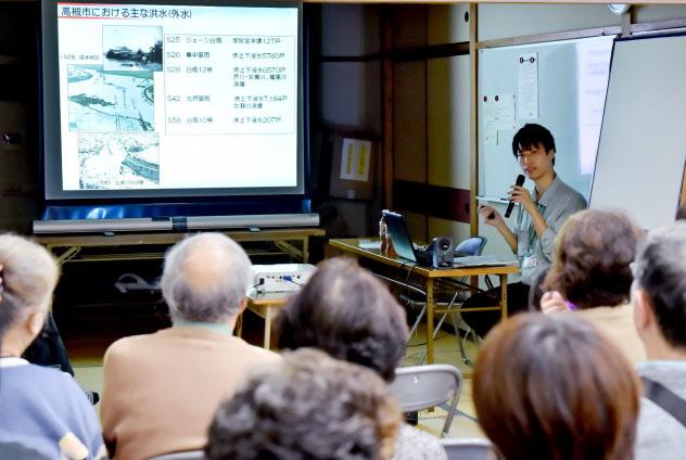 水害や土砂災害などについての出前講座で話す市職員(10月、大阪府高槻市)