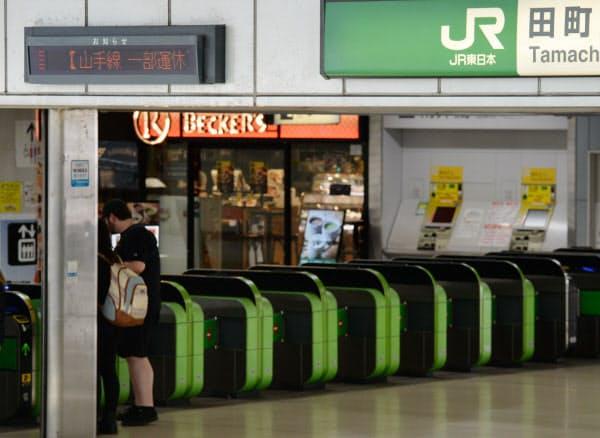 線路切り替え工事による一部区間運休で山手線が停車しなくなったJR田町駅(16日、東京都港区)