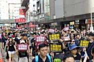 香港の幹線道路を埋め尽くすデモ参加者