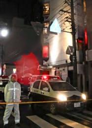 女性が男に刺される事件があったビル(右)(15日、新潟市中央区)=共同