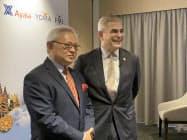 資本提携の記者会見に臨むヨマ・グループのサージ・パン会長(左)とアヤラのハイメ・アウグスト・ゾベル・デ・アヤラ会長(16日、シンガポール)