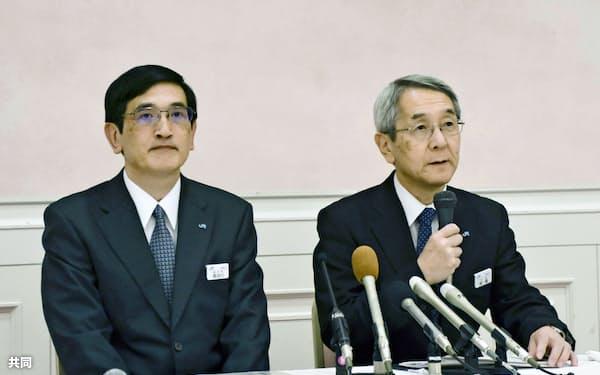 記者会見するJR西日本の来島達夫社長(右)ら(16日午後、兵庫県伊丹市)=共同