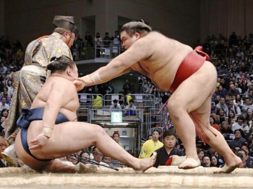 高安(右)が突き倒しで玉鷲を下す(16日、福岡国際センター)=共同