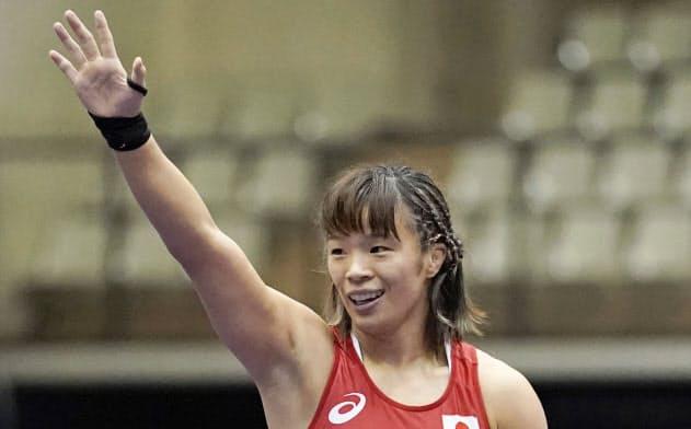 中国選手に勝利し、スタンドの歓声に応える川井梨紗子(16日、成田市体育館)=共同