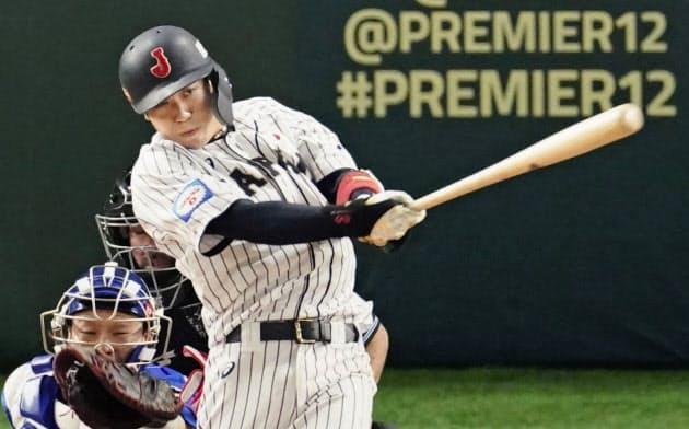 韓国戦の5回、適時二塁打を放つ山田哲(16日、東京ドーム)=共同