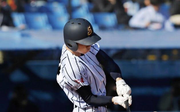 国士舘戦の7回、勝ち越しの2点三塁打を放つ白樺学園・宮浦(16日、神宮)=共同