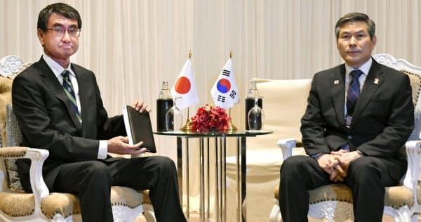 韓国の鄭景斗国防相(右)との会談に臨む河野防衛相(17日、バンコク)=代表撮影