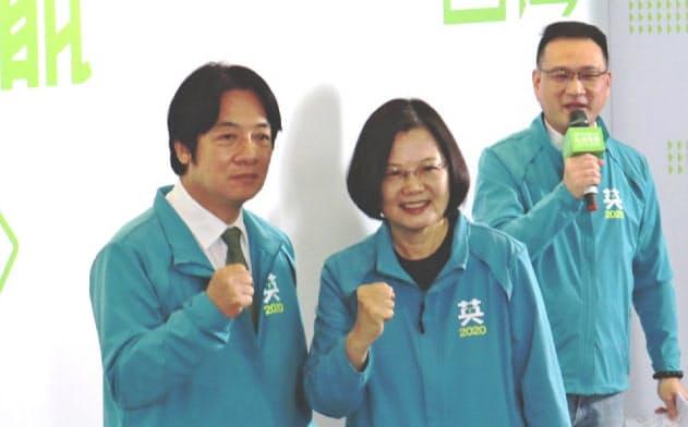 台湾与党・民進党は総統選で蔡総統(中)と組む副総統候補として、頼氏(左)の起用を決めた(17日、台北市内)