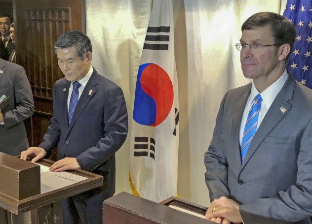 会談後に記者会見するエスパー米国防長官(右)と韓国の鄭景斗国防相(17日、バンコク)=AP