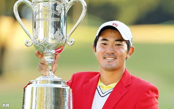 男子ゴルフの三井住友VISA太平洋マスターズで優勝し、トロフィーを手に笑顔の金谷拓実。史上4人目のアマチュア選手の男子ツアー制覇となった(17日、静岡県の太平洋クラブ御殿場コース)=共同