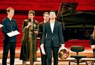 ロン・ティボー・クレスパン国際音楽コンクールの授賞式で、優勝の賞状と花束を受け取ったピアニストの三浦謙司さん(16日、パリ)=共同