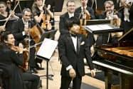 ロン・ティボー・クレスパン国際音楽コンクールの決勝で協奏曲の演奏を終えた務川慧悟さん(15日、パリ)=共同