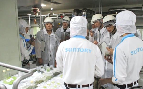 サントリープロダクツ木曽川工場(愛知県犬山市)でインターンシップに参加する高専生
