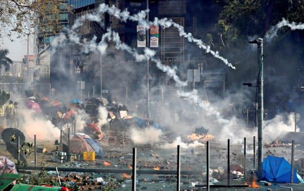 香港理工大学の周辺では17日、警察は催涙弾を放ちデモ隊の排除を図った=ロイター