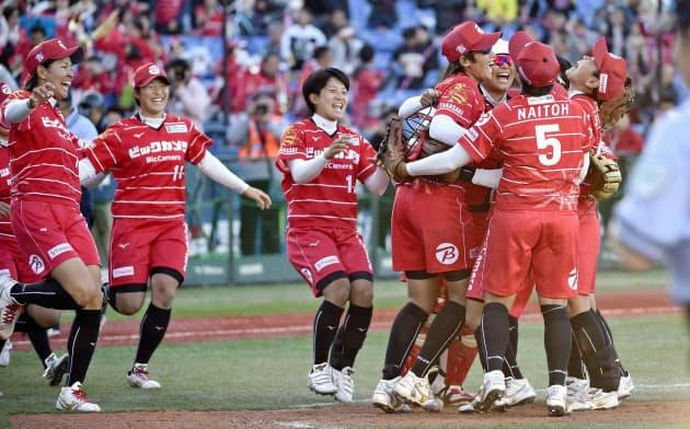 ホンダを破って2年ぶり12度目の優勝を決め、喜ぶ上野(左から4人目)らビックカメラ高崎の選手(17日、横浜)=共同