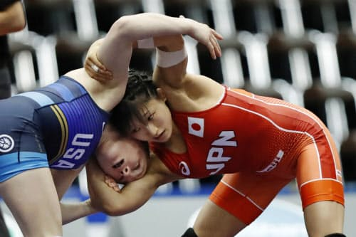 米国選手(左)と対戦する須崎優衣(17日、成田市体育館)=共同
