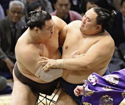 玉鷲(右)を攻める白鵬(17日、福岡国際センター)=共同