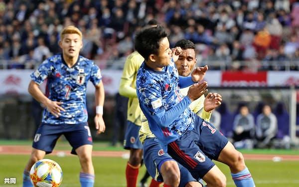 日本―コロンビア 後半、ゴール前に攻め込むがクリアされる久保建=共同