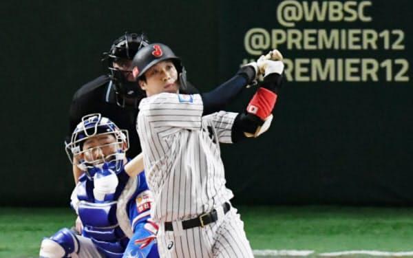 二回2死一、二塁、逆転の3点本塁打を放つ山田哲