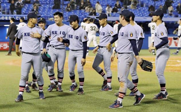 東海大札幌に7回コールドゲーム勝ちし、喜ぶ慶大ナイン(17日、神宮)=共同
