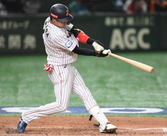 二回2死一、二塁、逆転の3点本塁打を放つ山田