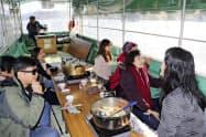 「阿武隈ライン舟下り」に参加した台湾からのツアー客(17日、宮城県丸森町)=共同