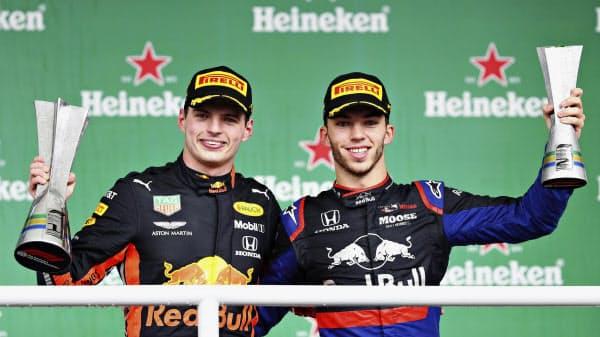 優勝を喜ぶレッドブル・ホンダのマックス・フェルスタッペン(左)とトロロッソ・ホンダで2位のピエール・ガスリー(17日、サンパウロ)=ゲッティ共同