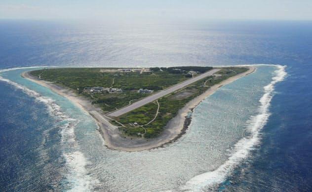 南鳥島の海底にあるレアアースを高濃度で含む層を確認し、正確な埋蔵量の把握を目指す(2012年に自衛隊機から撮影した南鳥島)=共同