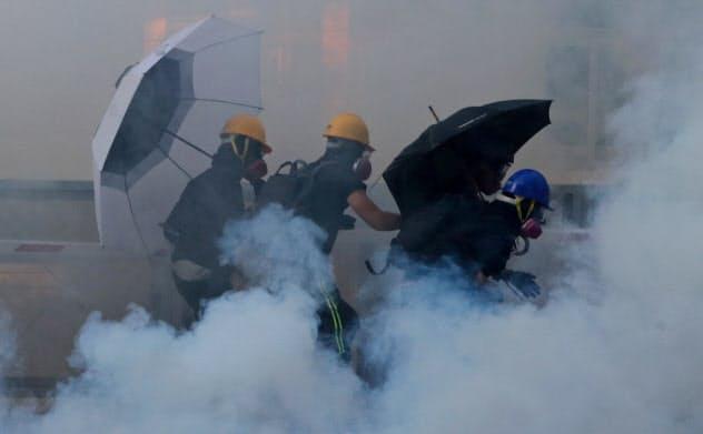 香港警察、デモ隊拠点の大学突入 けが人多数か