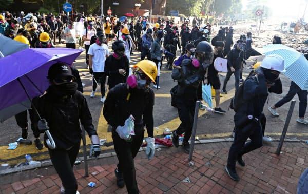 香港理工大から退避するデモ隊(18日)=ロイター