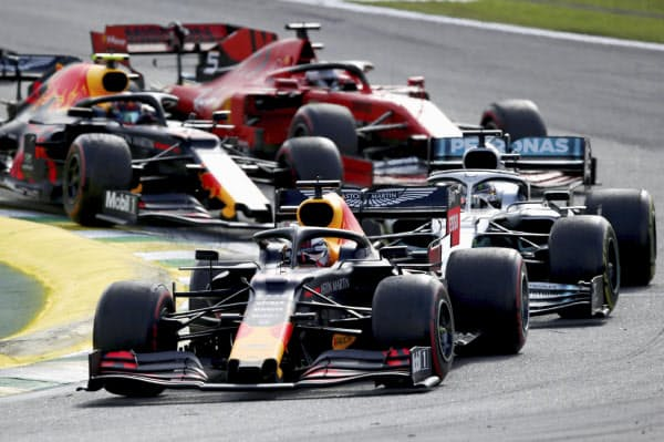 F1のブラジル・グランプリでリードするレッドブル・ホンダのマックス・フェルスタッペン(手前)=ゲッティ共同