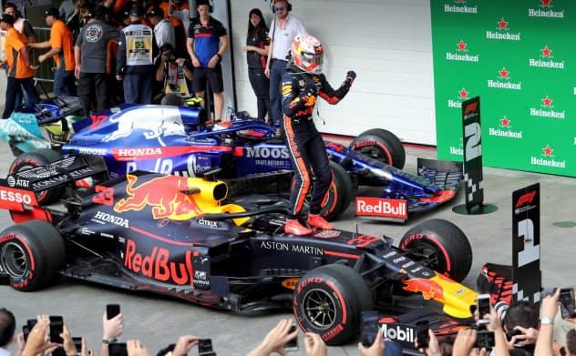 F1のブラジル・グランプリで優勝し、喜ぶレッドブル・ホンダのマックス・フェルスタッペン=ロイター