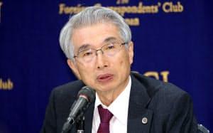 記者会見する弘中惇一郎弁護士(4月、東京都千代田区)
