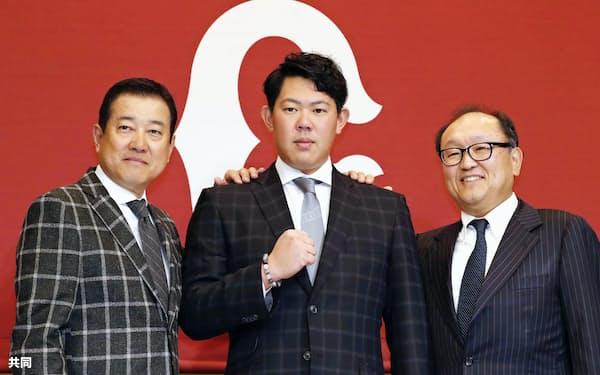米大リーグ挑戦についての記者会見を終え、ポーズをとる巨人の山口俊投手(中央)。左は原監督、右は今村球団社長(18日午後、東京都内のホテル)=共同