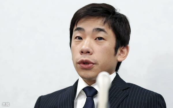 大阪地裁に提訴し、記者会見する織田信成氏(18日午後、大阪市)=共同