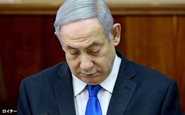 閣議に参加するイスラエルのネタニヤフ首相(17日)=ロイター