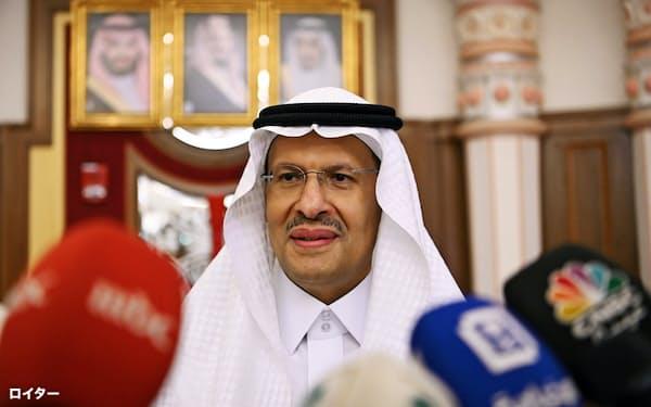 9月にサウジの新たなエネルギー相に就任したサルマン国王の息子、アブドルアジズ王子は協調減産に向けて重責を負う。王族がエネルギー相に就くのは同国建国以来初めてだ=ロイター
